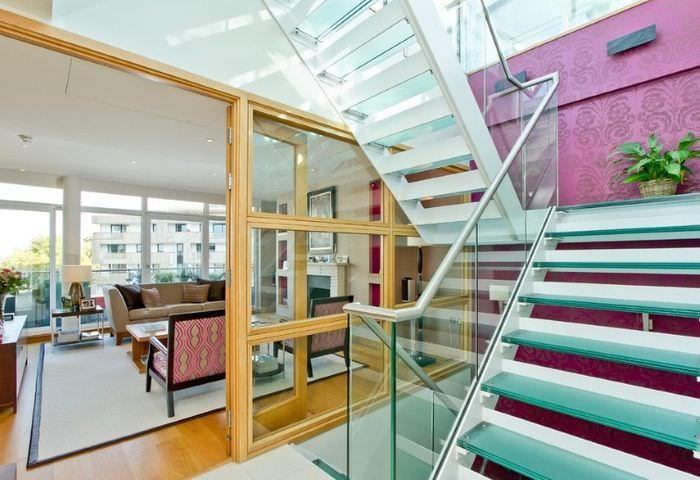 Стеклянная лестница в интерьере частного дома
