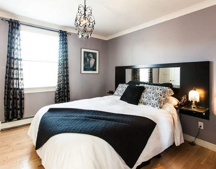 Яркий естественный свет в спальне с темным интерьером