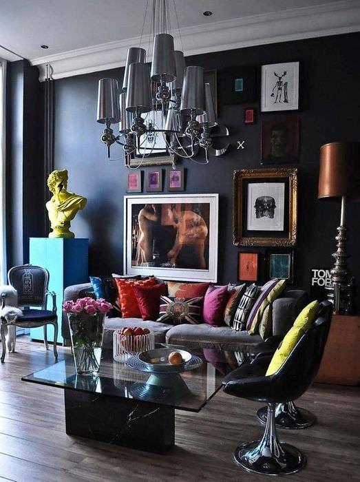 Люстра причудливой формы в авангардной гостиной
