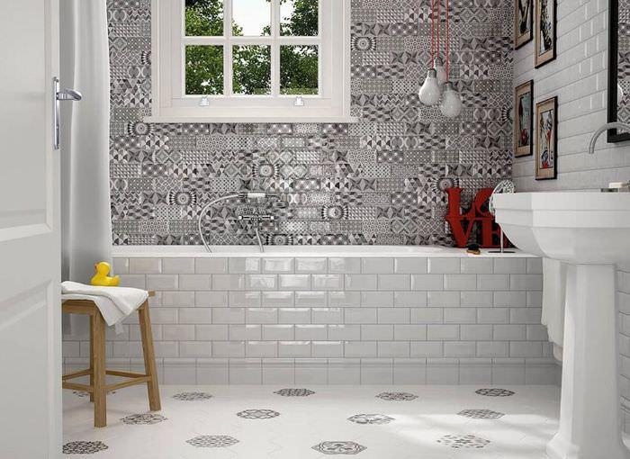 Светлая глянцевая плитка в интерьере ванной комнаты