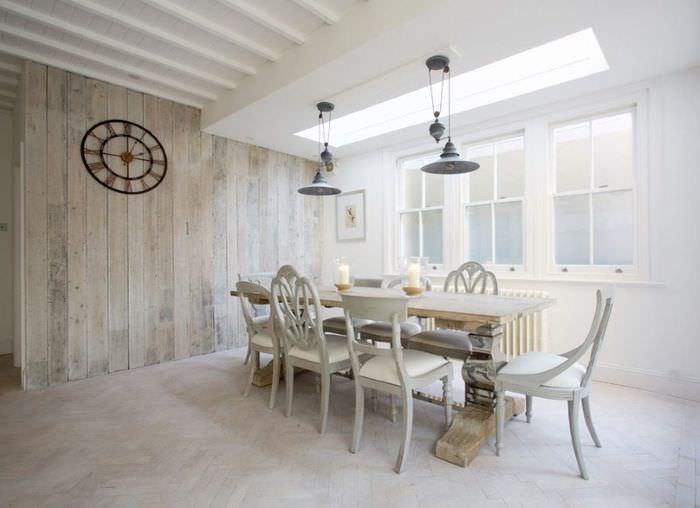 Белая гостиная частного дома с осветленным ламинатом на стене