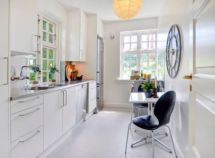 Белая кухня со светлым линолеумом на полу