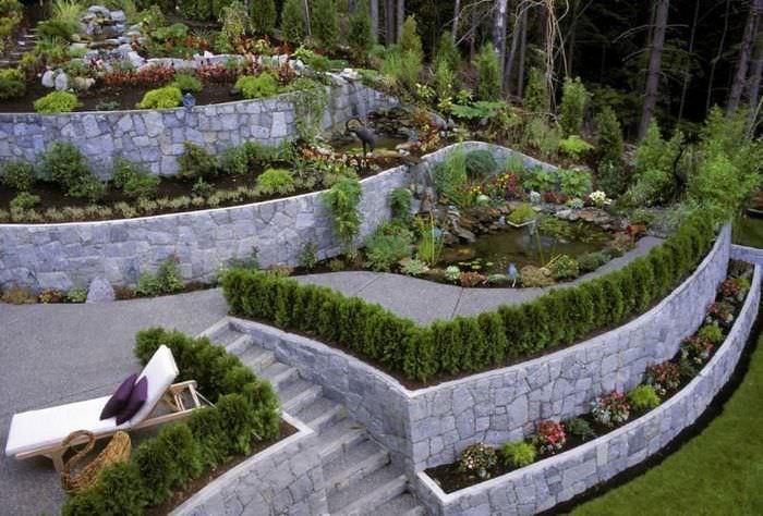 Каменные террасы с водоемами на склоне загородного участка