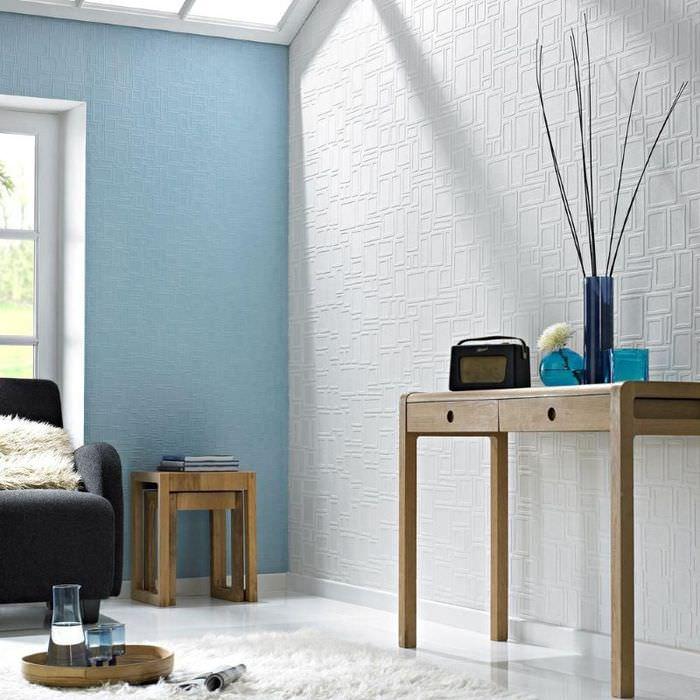 Белая и голубая стена с обоями подпокраску