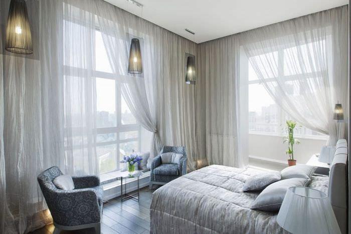 Тюль в декорировании окон маленькой спальни