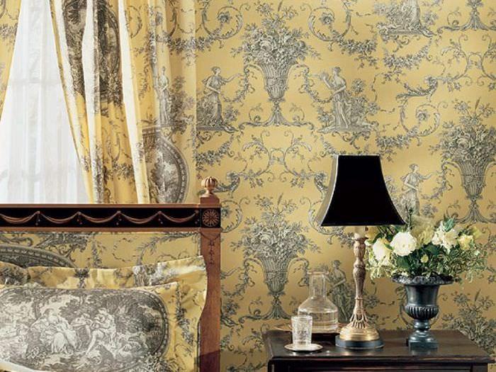 Стена в гостиной с текстильными обоями