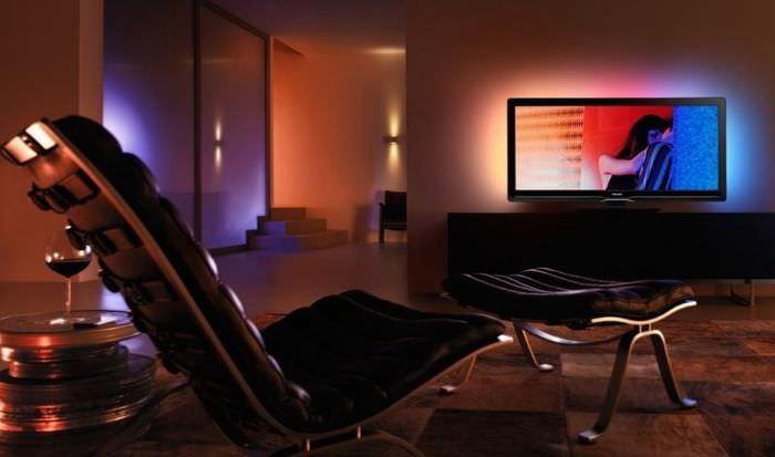 Приглушенное освещение в интерьере мужской гостиной
