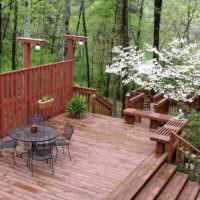 Деревянная терраса на склоне загородного участка