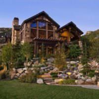 Загородный дом на каменной возвышенности