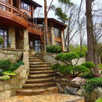 Каменная лестница к двухэтажному дому