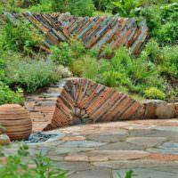 Оформление склона участка плоским камнем