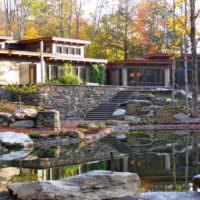 Загородный дом на высоком берегу природного водоема