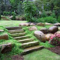 Природные камни в оформлении наклонного участка сада