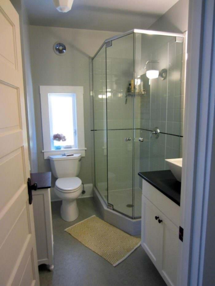 Угловой душ в интерьере маленькой ванной омнаты