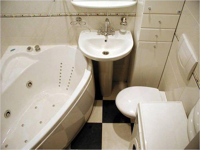 Угловая ванна в совмещенном санузле