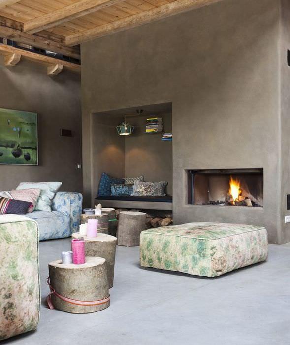 Уголок для отдыха в нише и стена с камином