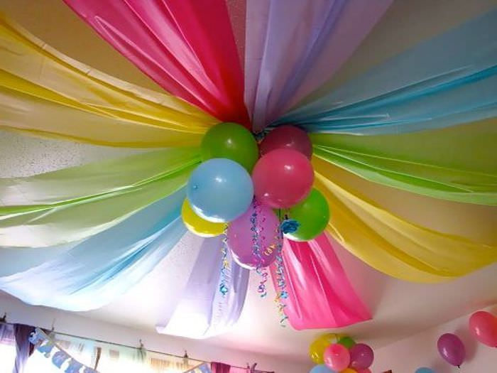 Украшение своими руками потолка в детской шарами и лентами