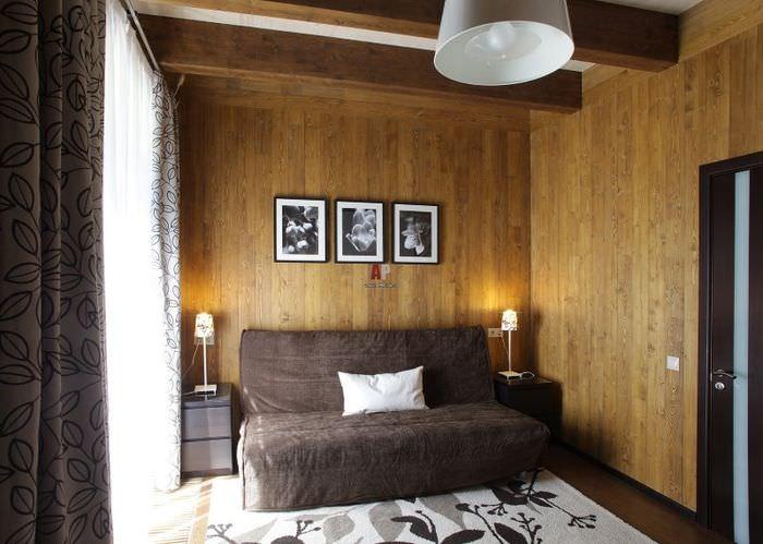 Отделка стен вагонкой в гостиной загородного дома