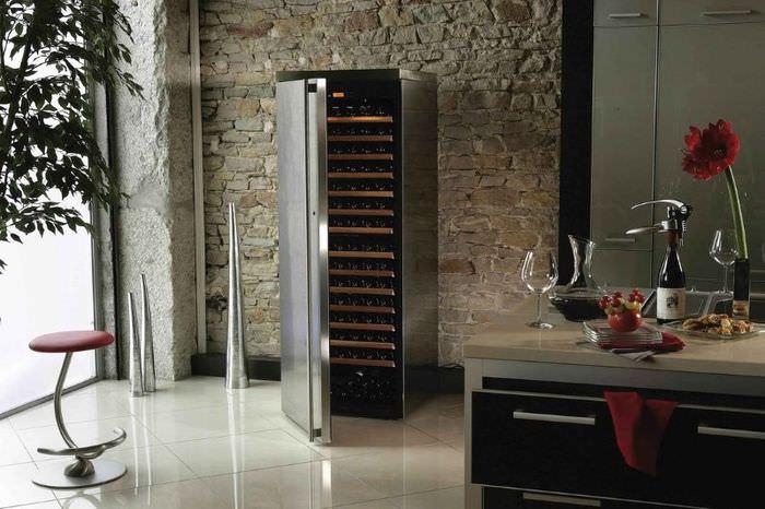 Винный шкаф с открытой дверцей в интерьере кухни
