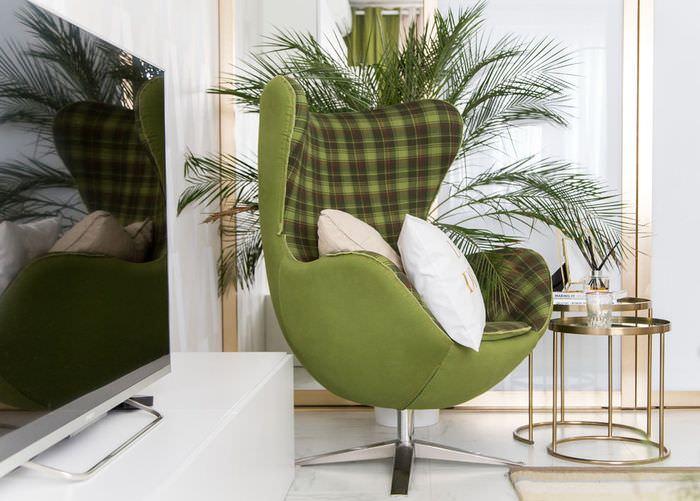 Стильный стул с отделкой тканью оливкового цвета