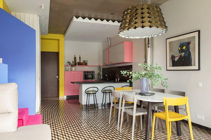 Яркие желтые стулья за обеденным столом