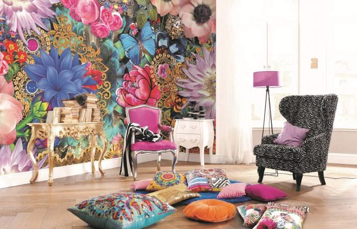 Яркие цветы на необычных обоях в гостиной комнате