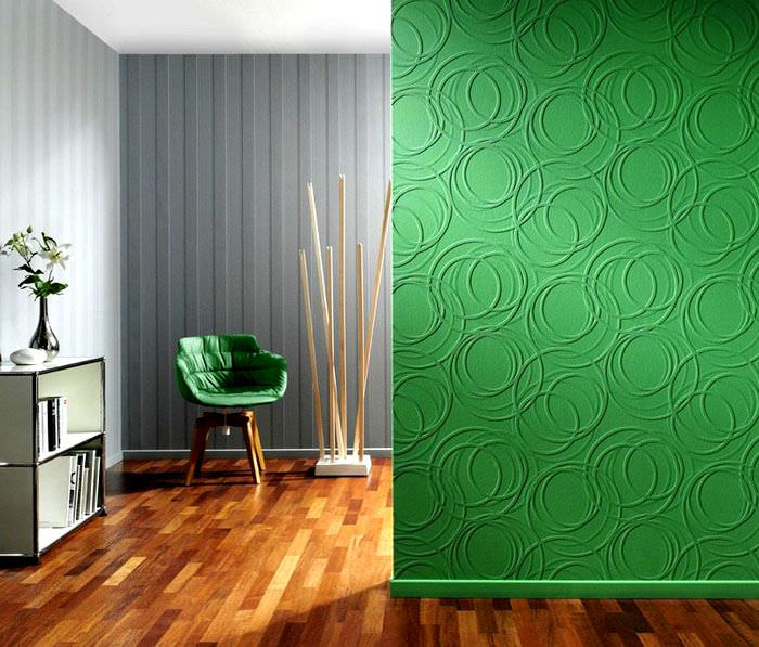 Зеленая стена с рельефными обоями под покраску