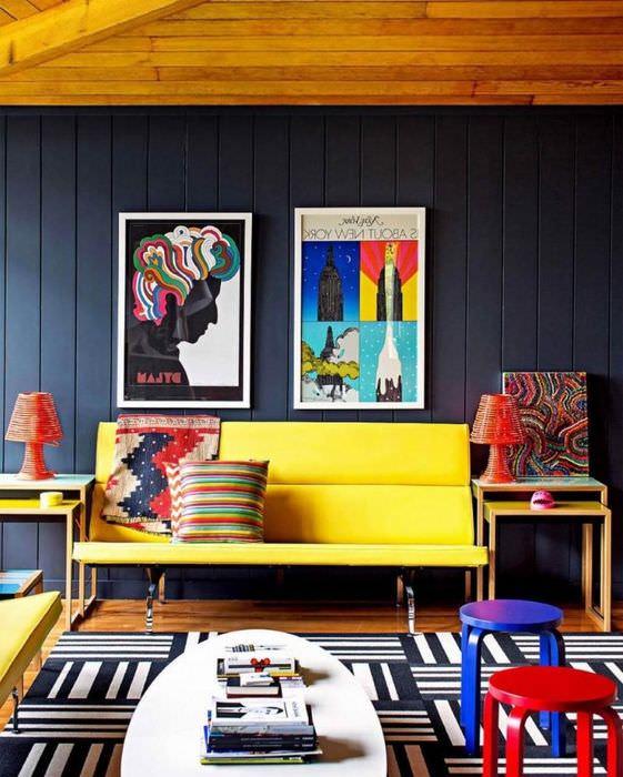 Желтый диванчик в модном интерьере гостиной комнаты