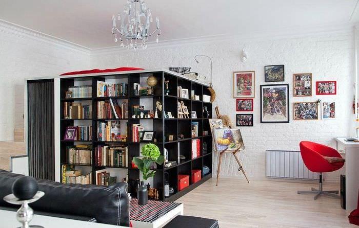 Зонирование однокомнатной квартиры с помощью книжных стеллажей