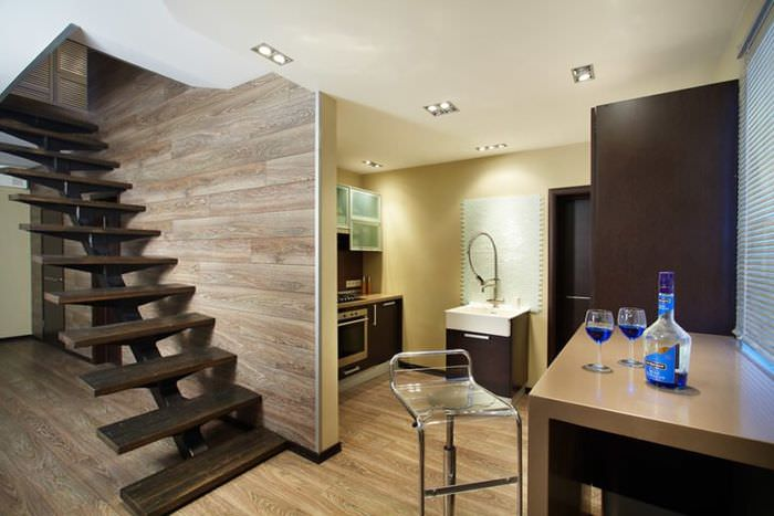 Отделки стены вдоль лестницы панелями ламината серого цвета