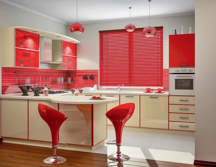 Красные барные стулья на кухне белого цвета