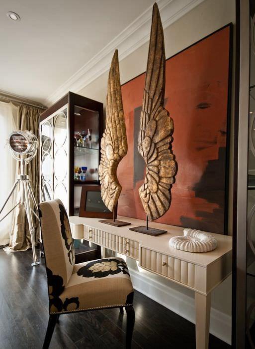 Скульптура в виде больших ангельских крыльев в качестве декора в стиле лофт