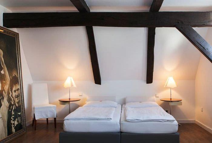 Деревянные балки в спальне немецкого стиля