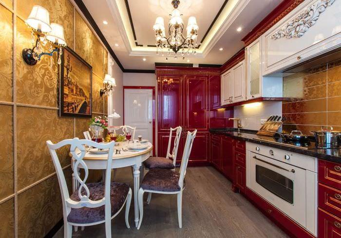 Кухня вытянутой формы с золотистым принтом на обоях