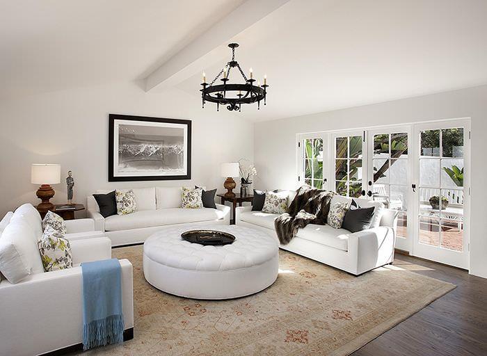 Интерьер красивой гостиной загородного дома в белом цвете