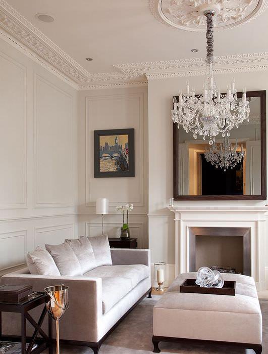 Белая стеклянная люстра на потолке с гипсовой лепниной