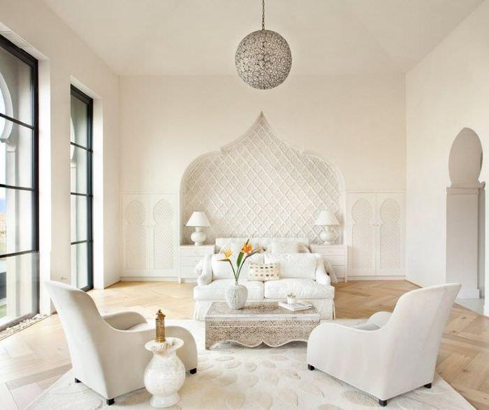 Интерьер белой гостиной в мавританском стиле