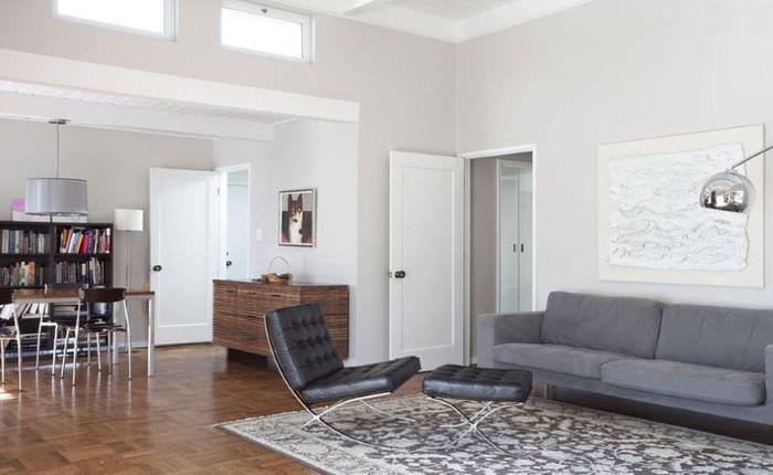 Черное кресло в гостиной в стиле минимализма