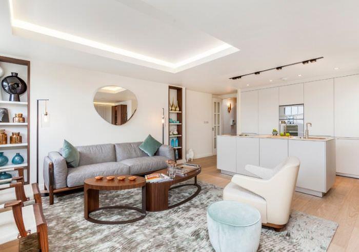 Интерьер белой кухни-гостиной в частном доме
