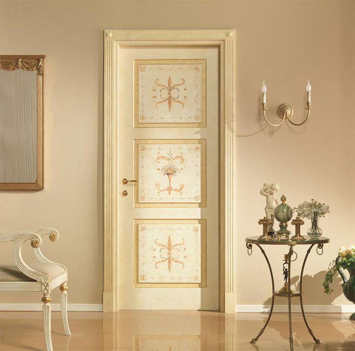 Бежевая дверь в интерьере гостиной комнаты