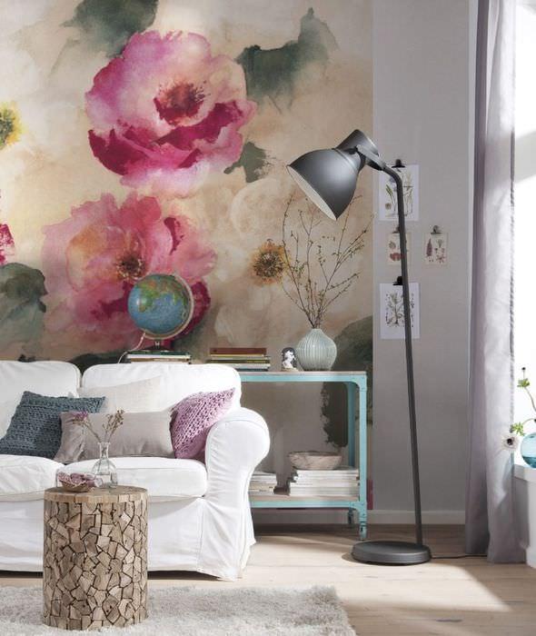 Крупные цветы на обоях в современной гостиной