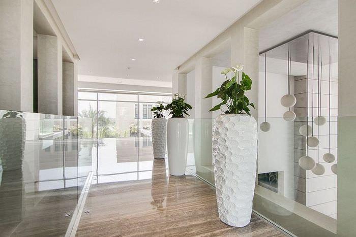 Декоративные вазы на полу просторного холла