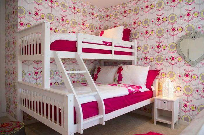 Двухярусная детская кровать в комнате с цветами на обоях
