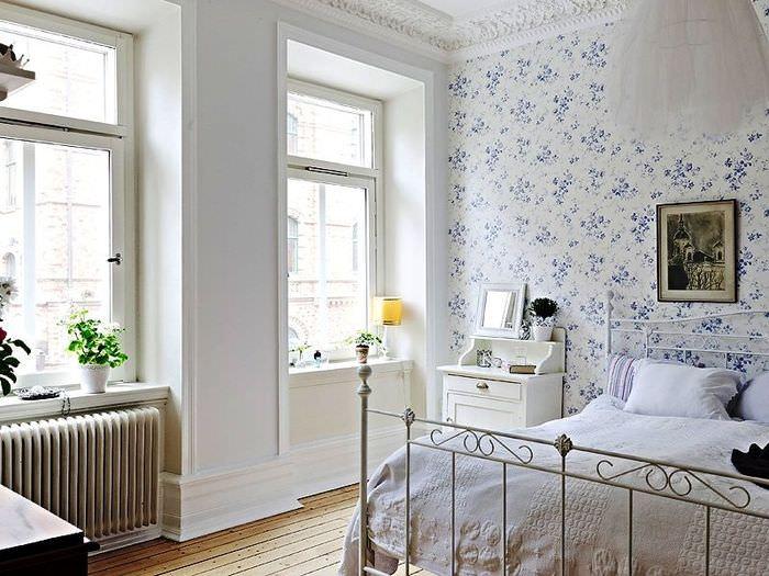 Оформление стены в спальной комнате обоями в мелкий цветочек