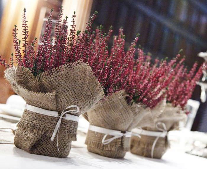 Декорирование мешковиной горшков с полевыми цветами