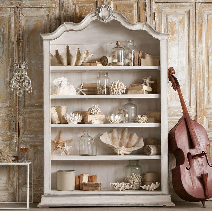 Морские декорации на полках кухонного буфета