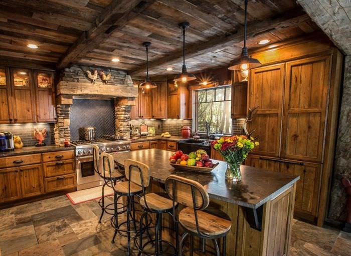 Дерево и камень в отделке кухни-гостиной