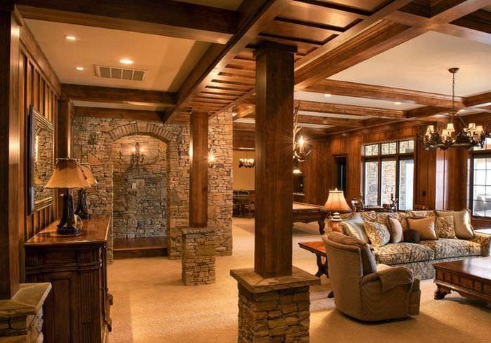 Гостиная в классическом стиле с деревянными колоннами