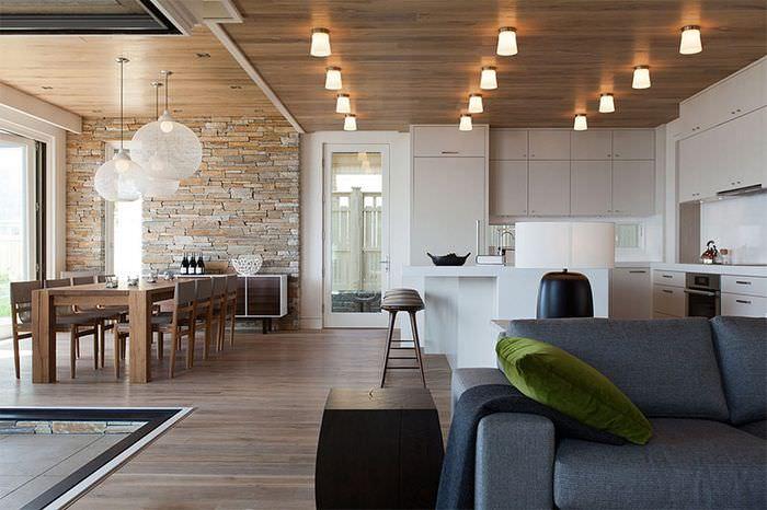 Использование натуральной древесины для отделки потолка в стиле контемпорари