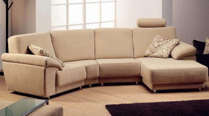 Светло-коричневый диван с обивкой их флока